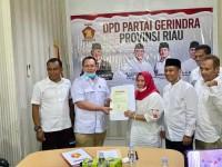 Ketua DPD Gerindra Riau H Nurzahedi, Menyerahkan Surat keputusan dukungan terhadap Kasmarni Bagus